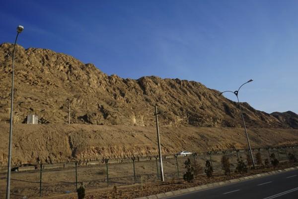 岩に囲まれた街