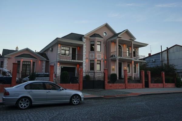 向かいにあるピンクハウス