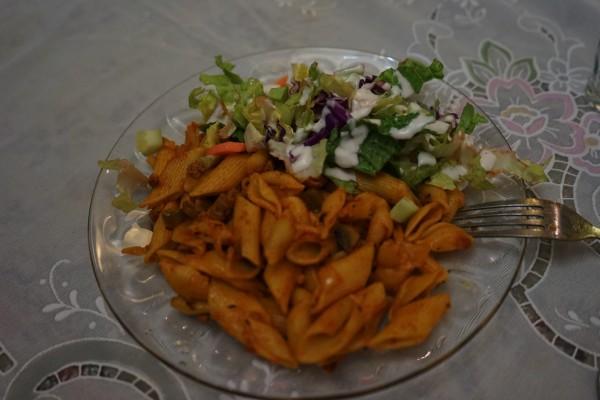 パスタとサラダ