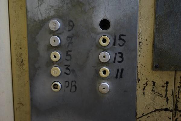 エレベーターぼろい