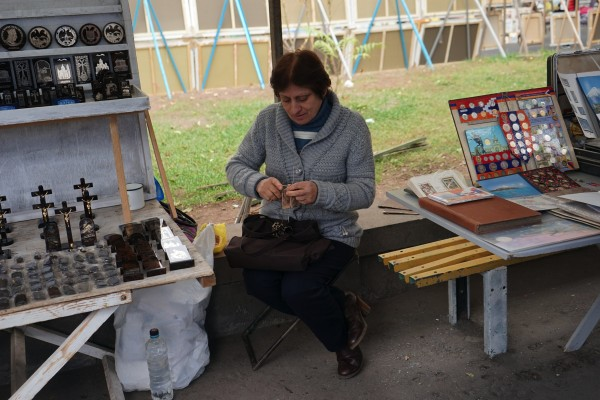 売り場で編み物