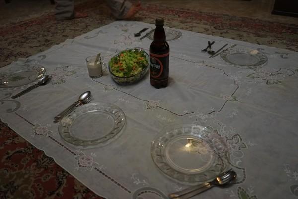 床に座って食べるスタイル