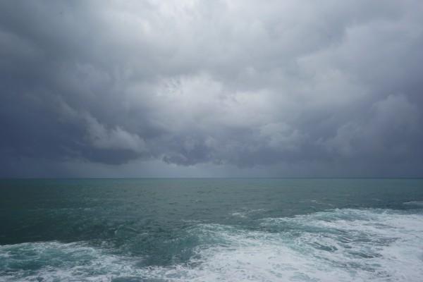 海も荒れている