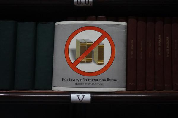 本には触れない