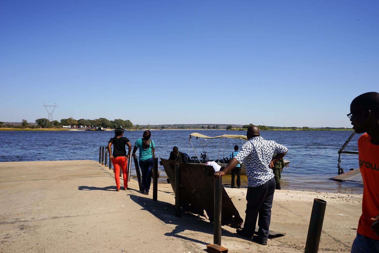 川の向こうはボツワナ